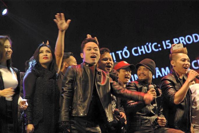 Trần Lập bên bạn bè trong liveshow Bức Tường vào tháng 1