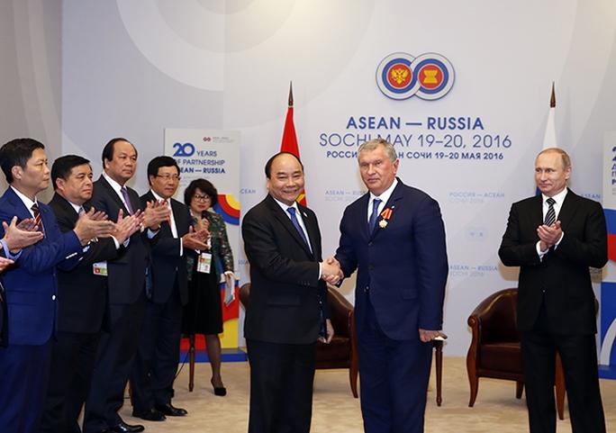 Sau cuộc gặp, hai Nhà lãnh đạo đã chứng kiến Lễ trao Huân chương Hữu nghị của Việt Nam cho Chủ tịch Tập đoàn Rosneft và Huân chương Hữu nghị của Nga cho Chủ tịch Hội đồng thành viên Tập đoàn Dầu khí quốc gia Việt Nam Nguyễn Quốc Khánh - Ảnh: Đức Hiếu