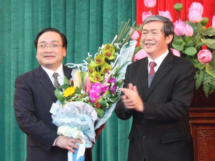 Ông Đinh Thế Huynh, Ủy viên Bộ Chính trị, Thường trực Ban Bí thư thay mặt Bộ Chính trị trao quyết định phân công nhiệm vụ làm Bí thư Thành ủy TP Hà Nội cho ông Hoàng Trung Hải