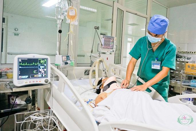 Nạn nhân Nguyễn Thị Quyên bị thương nặng đang được điều trị tại bệnh viện