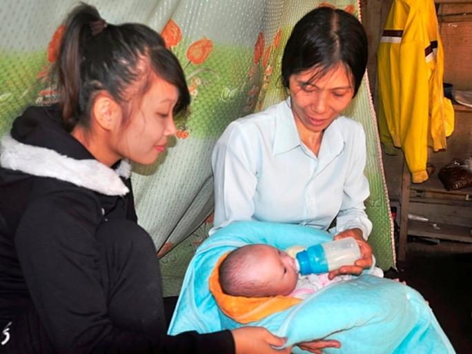 Bé gái Uông Mai Khôi được gia đình bà Lý chăm sóc cẩn thận - Ảnh: Thông Lê
