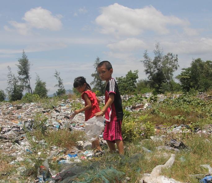 Nhiều trẻ em vẫn chơi đùa tại bãi rác thị trấn Thiên Cầm - nơi có chất thải từ nhà máy Formosa
