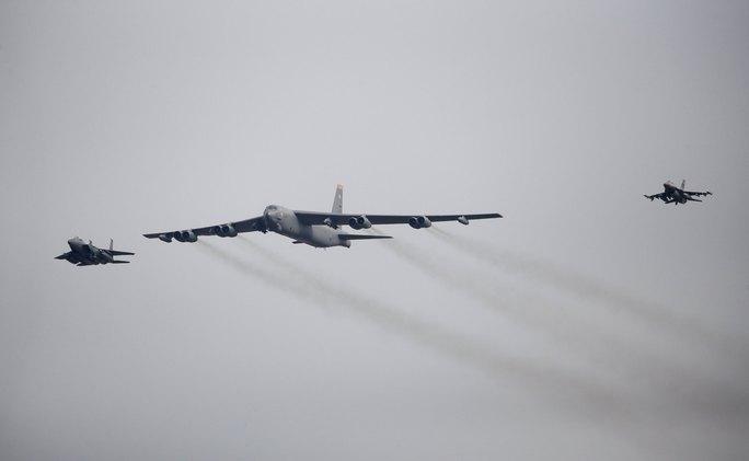 Máy bay B-52 trên bầu trời Hàn Quốc hôm 10-1. Ảnh: Reuters