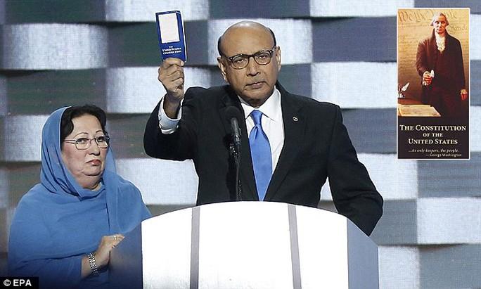 Ông Khizr Khan và vợ bị tỉ phú Trump chế giễu. Ảnh: EPA