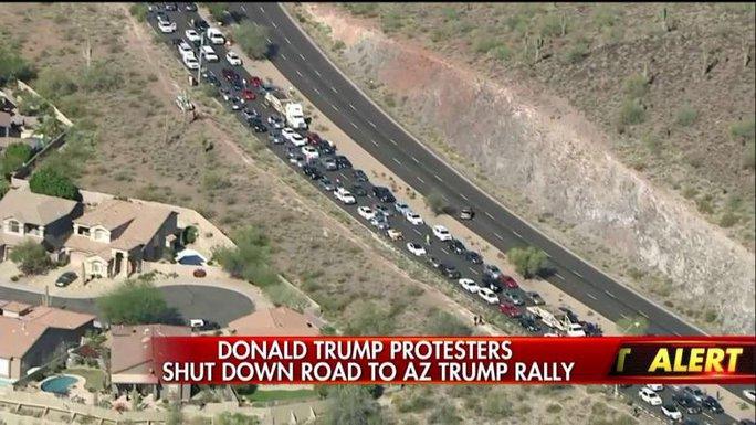 Đám đông biểu tình chặn một đường cao tốc chính ở thị trấn Fountain Hills. Ảnh: Fox News