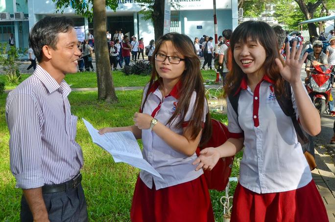 Thí sinh vui mừng về đề thi Anh văn vừa sức tại điểm thi Trường ĐH Bách khoa TP HCM. Ảnh: Tấn Thạnh