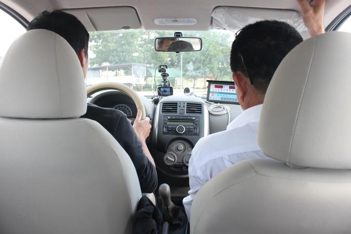 Từ ngày 1-7, thi sát hạch lái xe bốn bánh ở phần thi đường trường cũng chấm bằng hệ thống tự động. Trong ảnh: Thực hiện bài thi phần đường trường có hệ thống camera chấm tự động