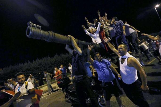 Người dân Thổ Nhĩ Kỳ đứng trên một xe tăng quân đội ở sân bay Ataturk- Istanbul. Ảnh: Reuters