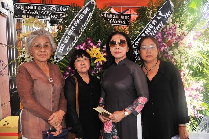 Các nghệ sĩ: Ca Lê Hồng, Hồng Dung, Bạch Tuyết, Mỹ Phượng tiễn đưa Soạn giả NSND Viễn Châu