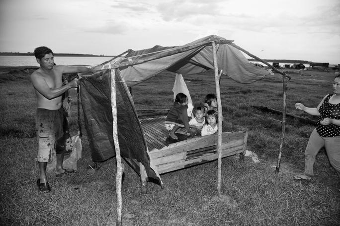 Anh Hai Ngọc vừa về nước được vài ngày. Anh phải nhờ bà con người Việt cho mượn giường để có chỗ cho vợ và 4 con ngủ. Anh bảo tụi nhỏ rất mê ngủ giường vì xưa giờ toàn ngủ ghe, cứ lắc lư