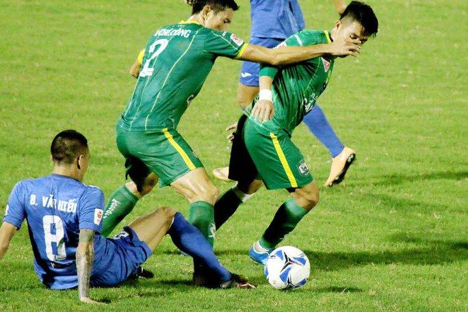 Trung vệ Chí Công (2) trong trận đấu với Than Quảng Ninh