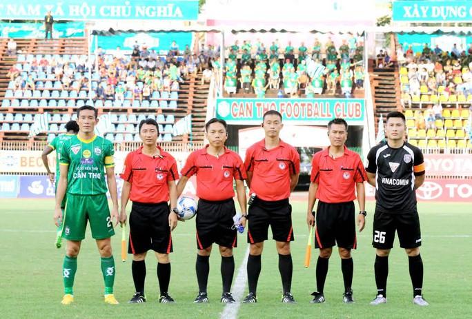 Đội trưởng, trung vệ Trần Chí Công của Cần Thơ (bìa trái) Ảnh: Dương Thu