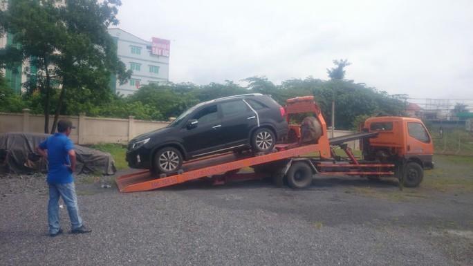 Chiếc xe bị lực lượng chức năng cẩu về trạm