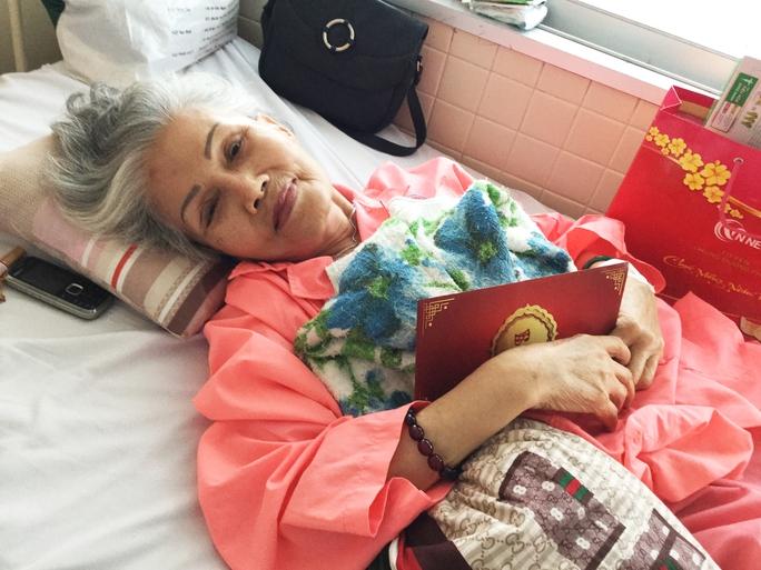 Nghệ sĩ Út Bạch Lan đón nhận tấm thiệp mời của NSND Kim Cương mà xúc động, bà cầu nguyện được có đủ sức khỏe để đến dự ngày phát quà cho nghệ sĩ nghèo đón tết