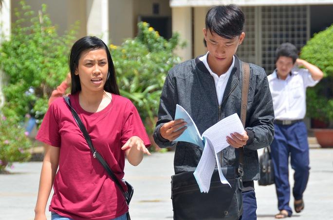 Thí sinh rời khỏi phòng thi sau khi thi xong môn văn tại Trường THPT Gia Định - TP HCM. Ảnh: Tấn Thạnh