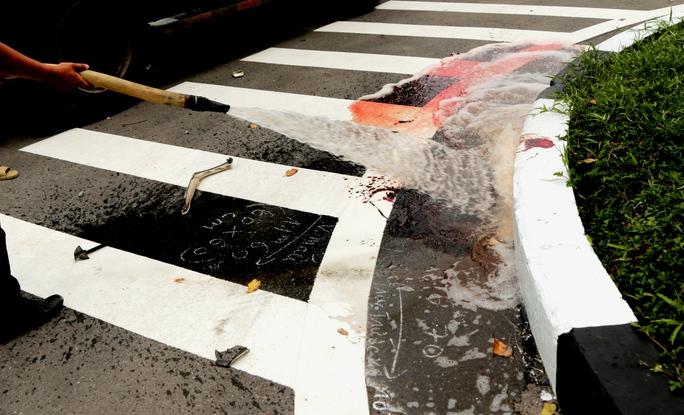 Một trong 2 người đi xe máy đập vào dải phân cách, chảy rất nhiều máu và đã tử vong