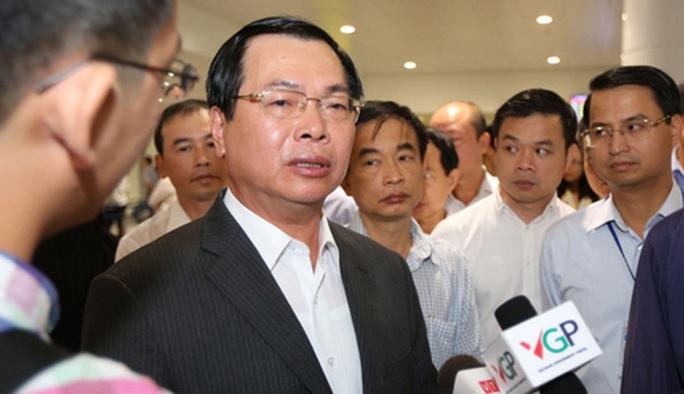 Ông Vũ Huy Hoàng trao đổi với báo chí bên hành lang Quốc hội khi đương chức Bộ trưởng Bộ Công Thương