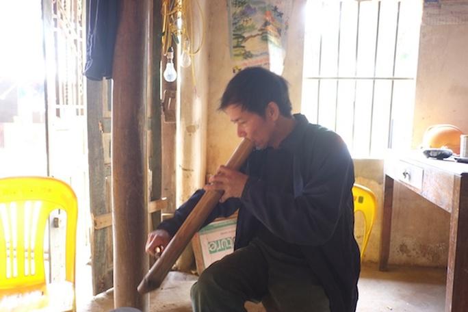 Phút thảnh thơi của ông Chấn ngồi hút thuốc lào