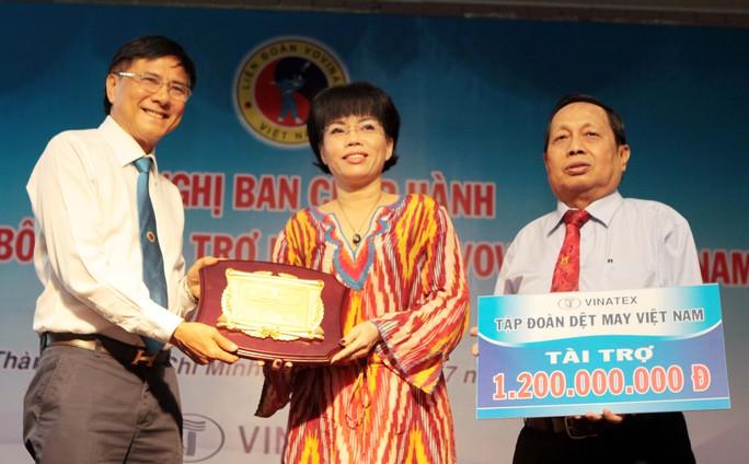 Đại diện Tập đoàn dệt may Việt Nam trao tiền tài trợ cho Liên đoàn Vovinam Việt Nam