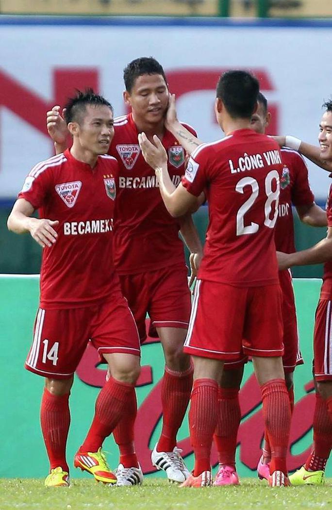 Công Vinh chúc mừng Anh Đức trong một trận đấu của B.Bình Dương ở V-League Ảnh: Quang Liêm