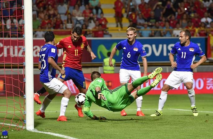 Vitolo (11) ghi bàn cho đội chủ nhà
