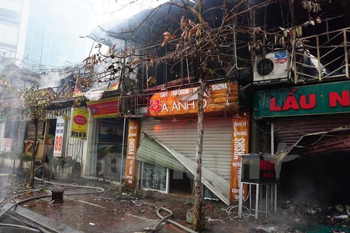 Đám cháy đã thiêu rụi 6 ki ốt trên phố Nguyễn Khang. (Ảnh: PV/Vietnam+)