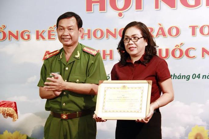Đại tá Đinh Thanh Nhàn, Phó Giám đốc Công an TP HCM, trao giấy khen cho bà Đặng Thị Lan Phương, Tổng giám đốc Vinasun