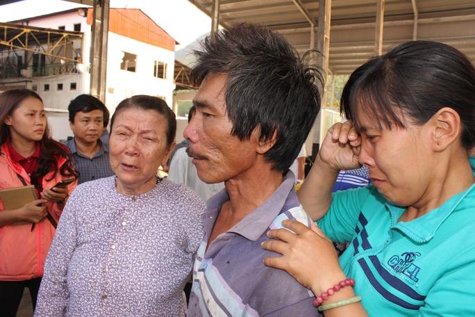 Mẹ và em gái của thuyền trưởng Nguyễn Tầm rớt nước mắt khi ông trở về