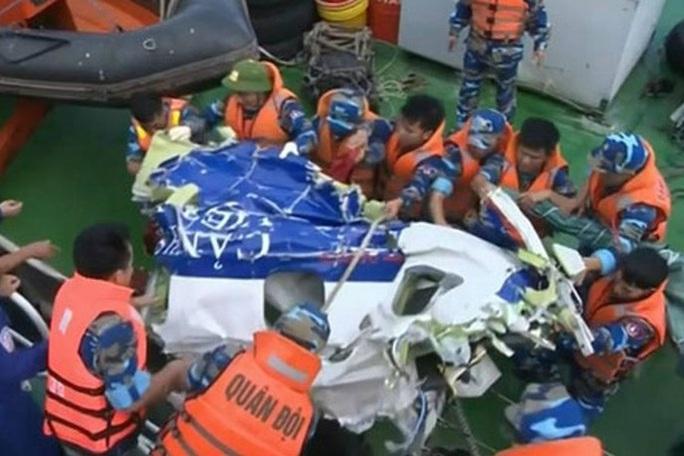 Lực lượng tìm kiếm đang trục vớt một mảnh vỡ của máy bay CASA-212