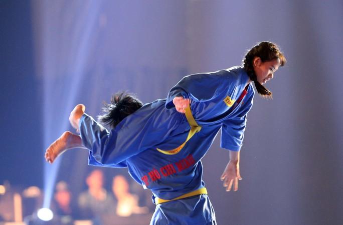 Nũ võ sĩ Vovinam với đòn chân tấn công