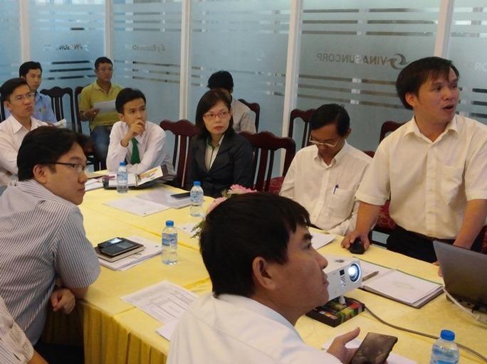 Giám đốc trẻ Lê Duy An (người đứng) giới thiệu về dịch vụ gọi xe với Hiệp hội taxi TP HCM. Ảnh: NVCC
