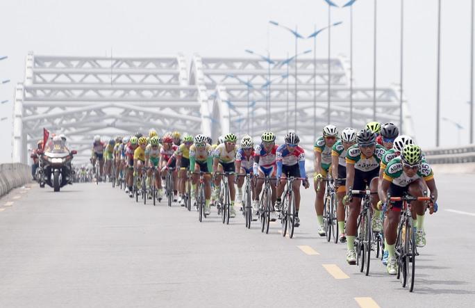 Đoàn đua vào cầu Đông Trù - Hà Nội