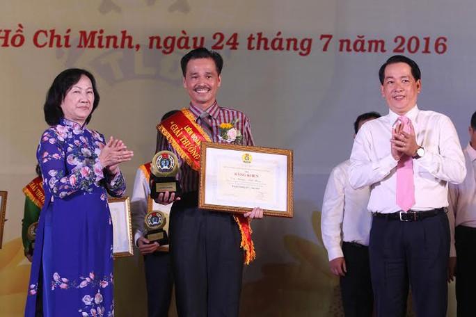 Bà Trương Thị Ánh, Phó Chủ tịch HĐND TP và ông Kiều Ngọc Vũ, Phó Chủ tịch LĐLĐ TP HCM, chúc mừng cán bộ Công đoàn đoạt Giải thưởng 28/7