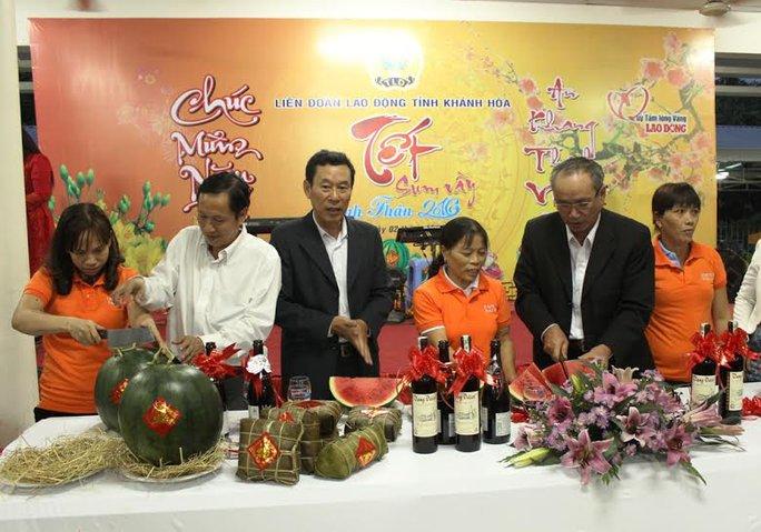 Lãnh đạo LĐLĐ tỉnh Khánh Hòa cắt bánh chưng, xẻ dưa hấu vui Tết cùng công nhân