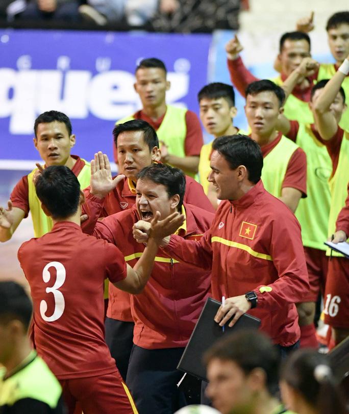 Ban huấn luyện chia vui với bàn thắng mở tỉ số đẹp mắt của Quốc Nam