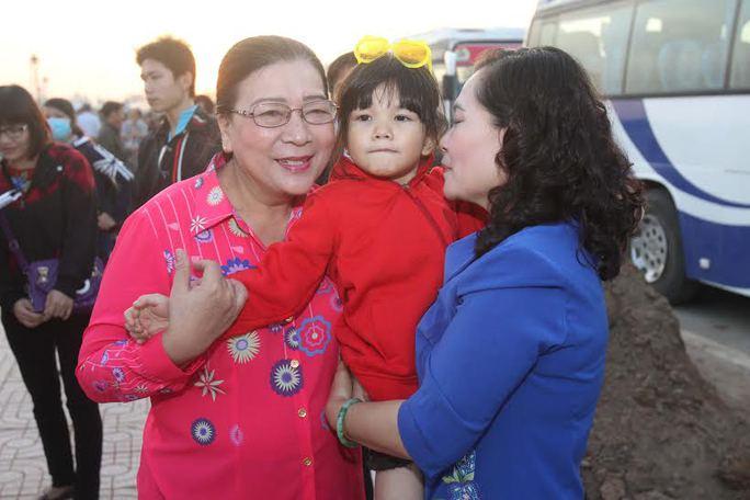 Lãnh đạo Thành ủy và LĐLĐ TP HCM với con công nhân các KCX-KCN được về quê ăn Tết trong chương trình Trái tim nghĩa tình