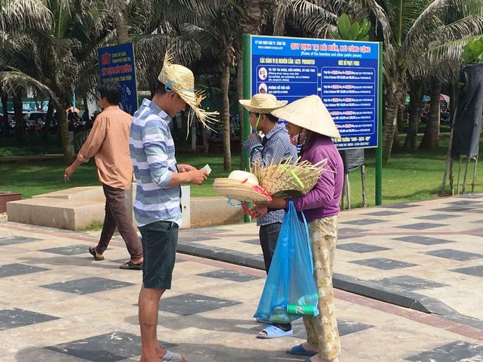 Người bán hàng rong chèo kéo khách tại khu vực bãi biển Thùy Vân, TP Vũng Tàu Ảnh: Minh Thắng
