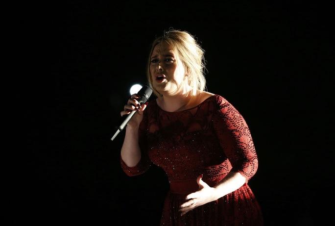 Adele gặp sự cố âm thanh nhưng vẫn trình diễn trọn vẹn ca khúc