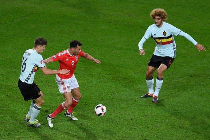Fellaini (phải) thi đấu nhạt nhòa ở Euro 2016