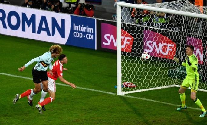 Phớt lờ Mourinho, Fellaini vô tư phì phèo khói thuốc