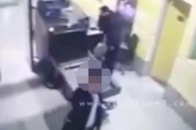 Seif Eldin Mustafa dễ dàng qua khu an ninh mà không bị phát hiện giấu đai bom giả. Ảnh :Mirror