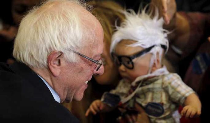 Ông Sanders bế bé Oliver. ảnh: Reuters