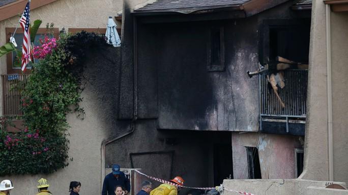Máy bay cháy lớn sau khi đập vào mặt trước ngôi nhà 2 tầng ở ngoại ô Los Angeles. Ảnh: AP