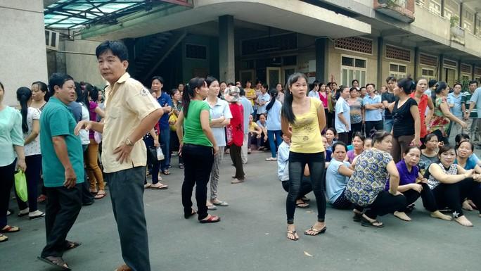 Công nhân Công ty CP Giày Sài Gòn bức xúc khi lãnh đạo công ty nói thưởng Tết bằng thịt heo, chuối, gạo (Ảnh: Cao Hường)