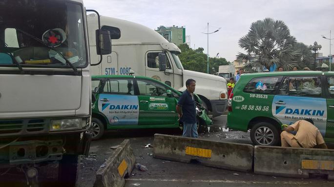 Vụ tai nạn liên hoàn giữa 5 ô tô khiến một phần đại lộ Nguyễn Văn Linh bị phong tỏa.