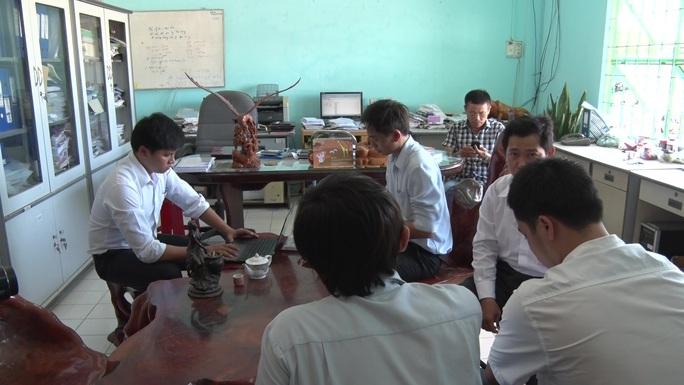 Lực lượng chức năng lập biên bản về hành vi xả thải ra môi trường của Công ty Việt Thái (Ảnh: Nam Phong)