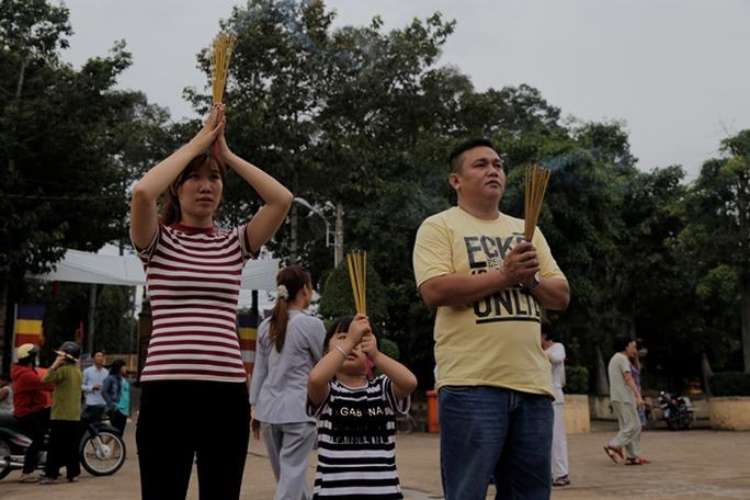 Hiệp sĩ Hiếu cùng vợ cầu nguyện cho người mẹ đã ra đi vì bệnh tật