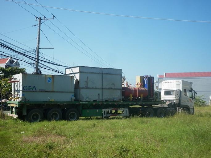 Chiếc xe tải chở 2 thùng khí bị rò rỉ.