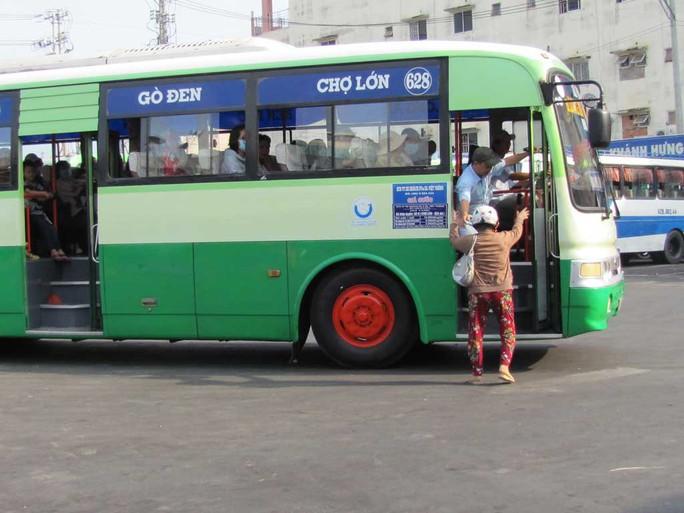 Tình trạng xe buýt tranh giành khách nhau khi qua địa bàn Long An đã xảy ra nhiều năm nay nhưng chưa được giải quyết