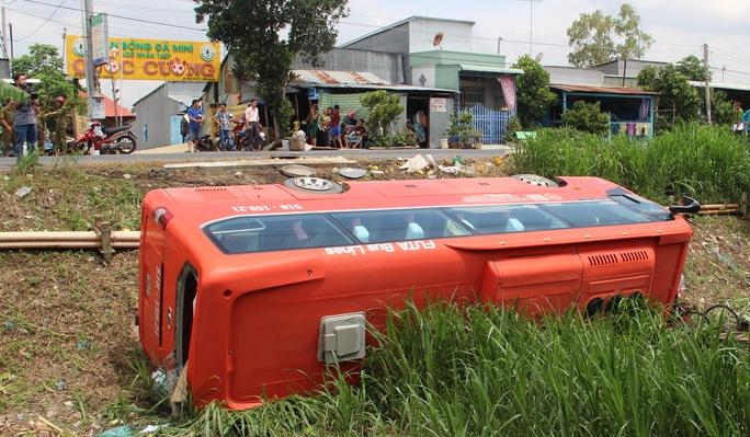 Nhiều người thoát tim khi chứng kiến cảnh xe khách Phương Trang lao xuống hố sâu hơn 5 m ở ven đường.